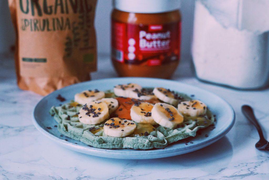 Gezonde ontbijtwafels met Spirulina op bordje fitnesswithasmile