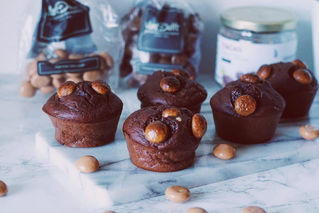 Pepernoten muffins op een marmeren snijplank