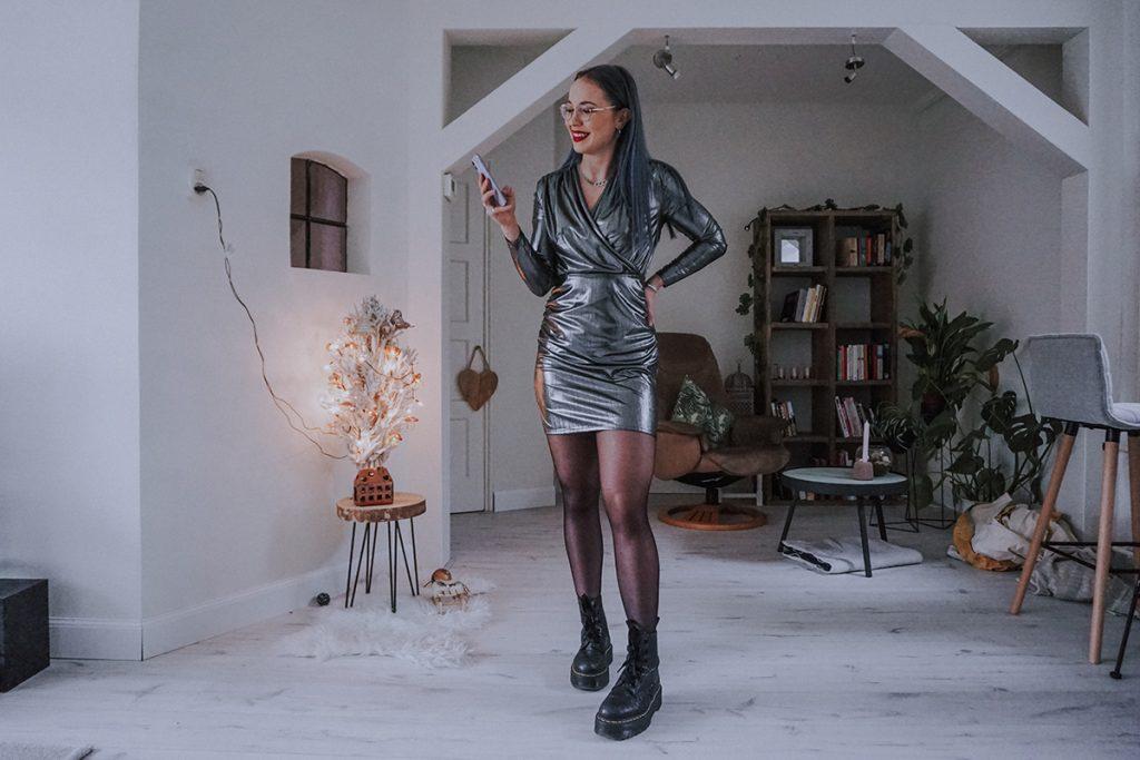 Christmas & New Year's Eve outfit met metallic zilver jurkje en zwarte overknee boots