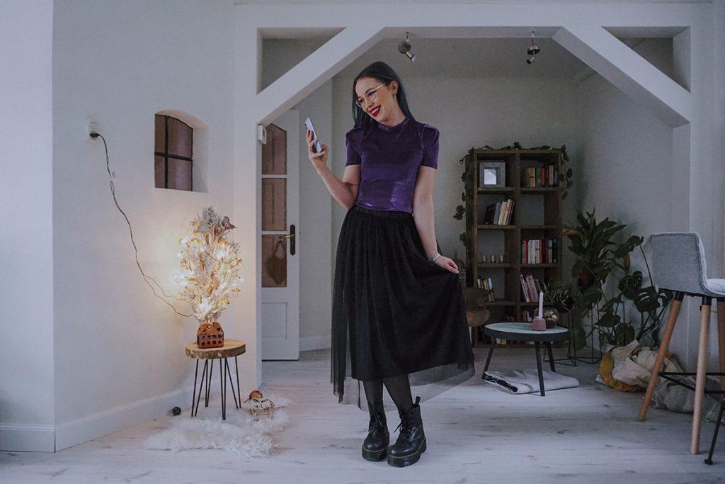 Christmas & New Year's Eve outfit met paars glitter shirtje en zwarte halflange plooi rok