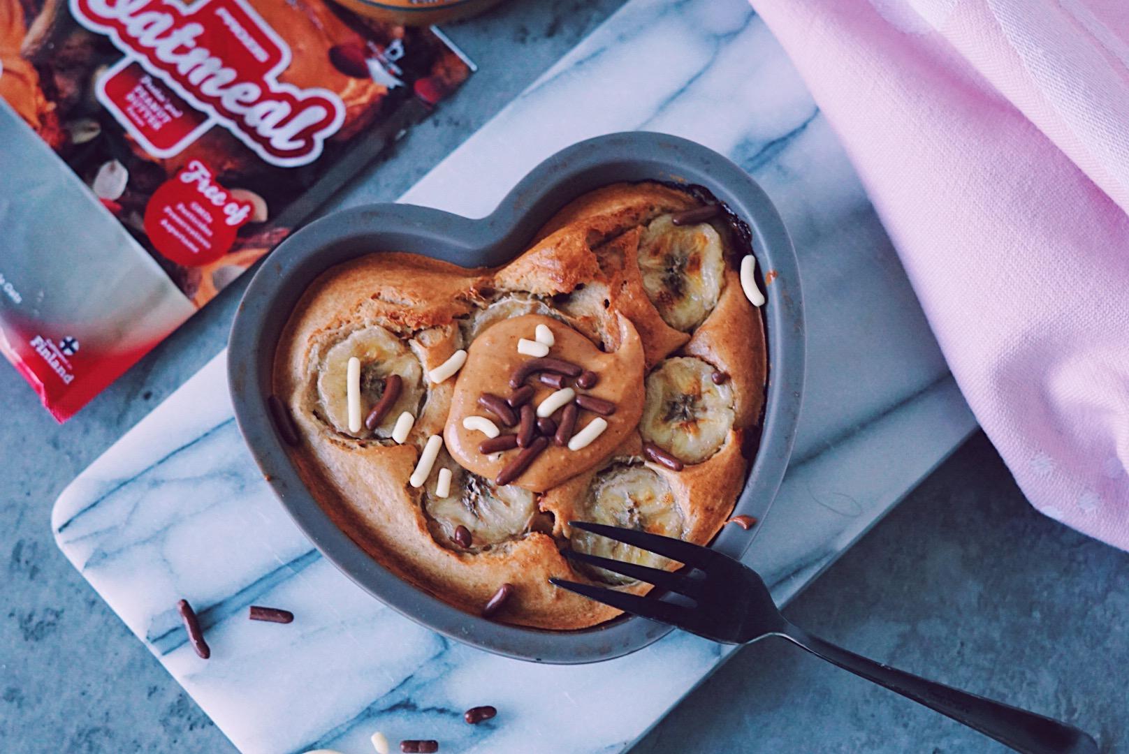 Ovenbaked peanutbutter oats ontbijt in hartjes bakvorm van bovenaf