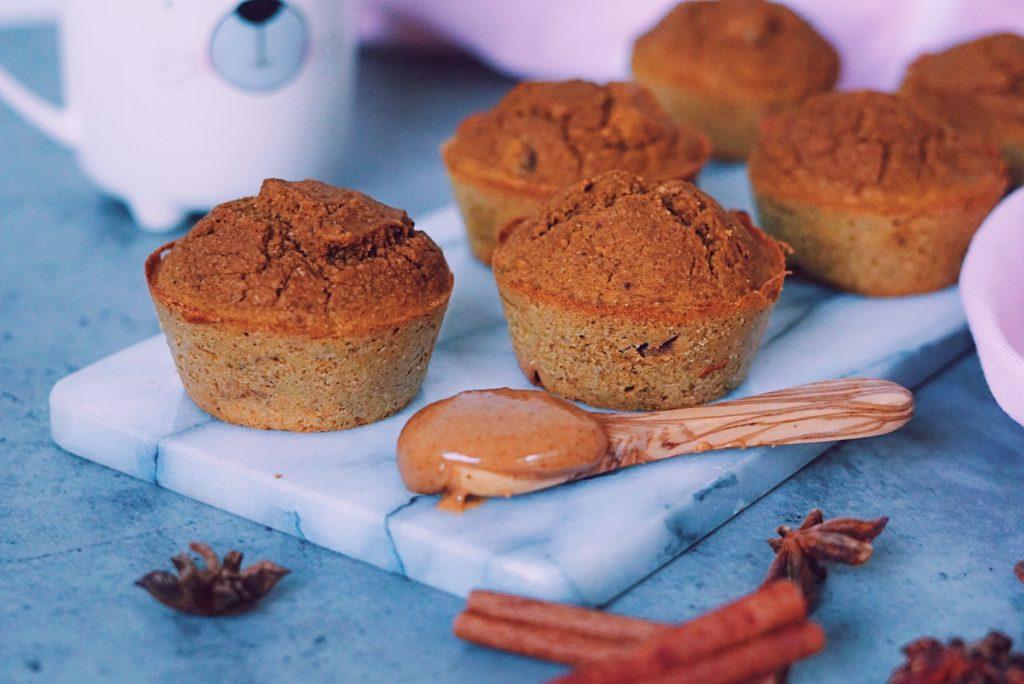 Close-up van Pumpkin spice muffins op marmeren snijplank fitnesswithasmile