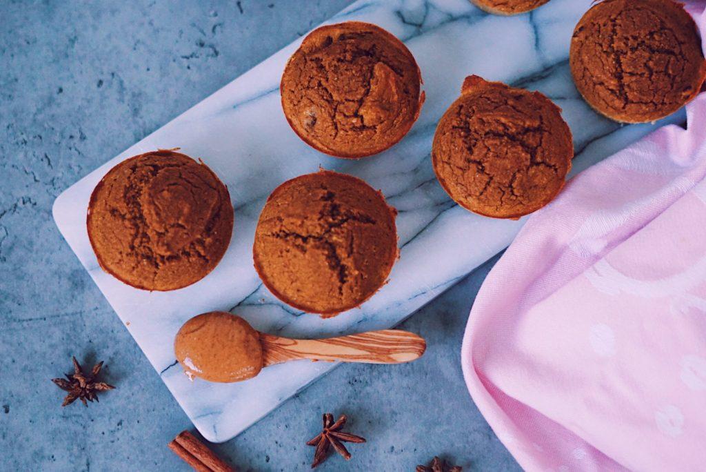 Pumpkin spice muffins van bovenaf op marmeren snijplank fitnesswithasmile