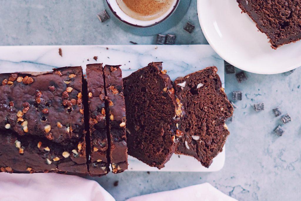 Fudgy gezonde chocolade cake in plakken op marmeren snijplank van bovenaf