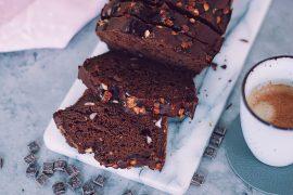 Fudgy gezonde chocolade cake met koffie