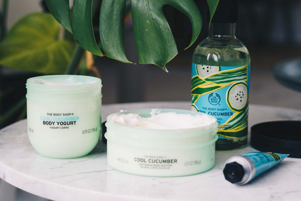 The Body Shop Cool Cucumber producten op marmeren tafeltje met groene plant