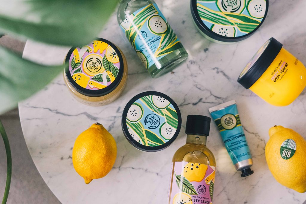 The Body Shop producten op een marmeren tafeltje van bovenaf