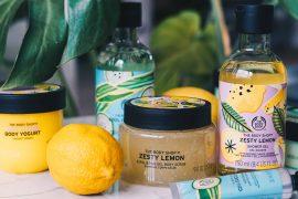 The Body Shop producten in gekleurde verpakkingen op marmeren tafeltje met planten