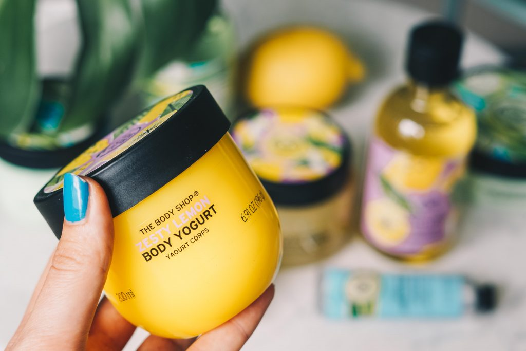 The Body Shop Zesty Lemon Body Yoghurt potje in hand vastgehouden