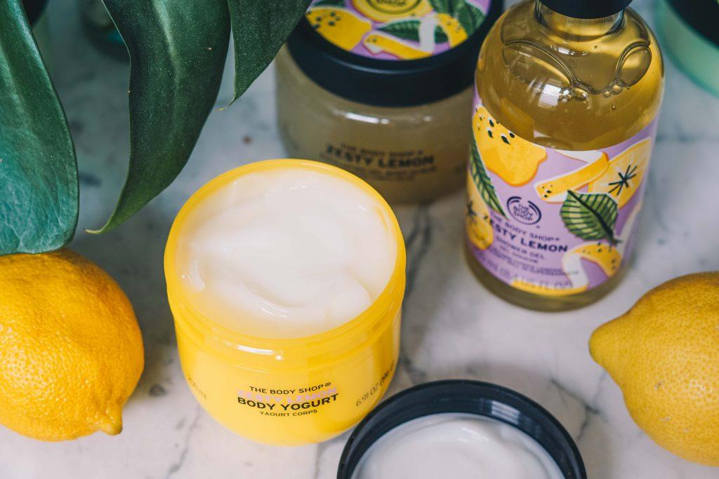 The Body Shop Zesty Lemon Body Yoghurt potje van bovenaf op marmeren tafeltje met citroen