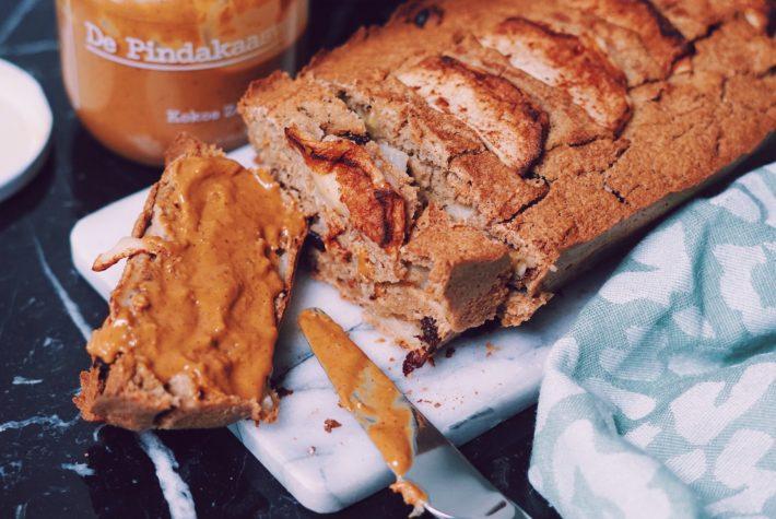Gezonde appeltaart cake op marmeren ondergrond met pindakaas