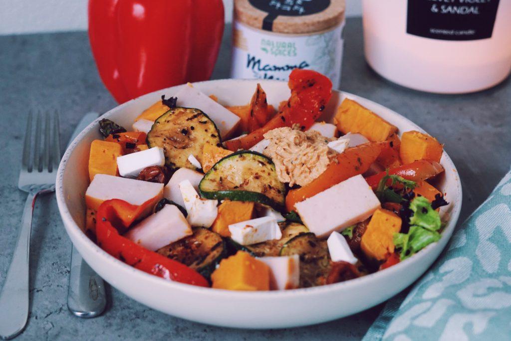 Kleurrijke healthy herfst salade in diep bord op tafel