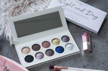 Revolution PRO eyeshadow palette met make-up kwastjes en lipgloss op grijze ondergrond