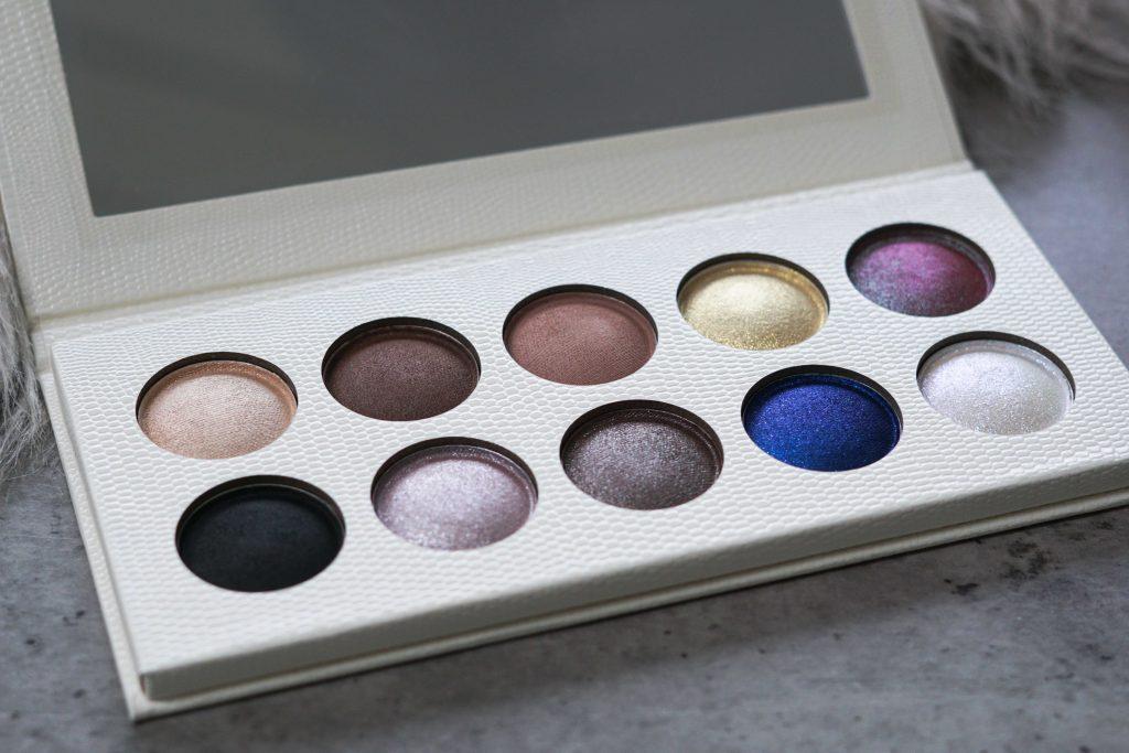 Revolution PRO eyeshadow palette op grijze ondergrond