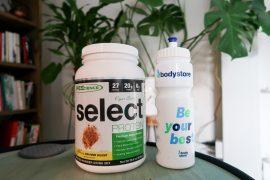 Pot Select Vegan Protein op tafeltje met planten
