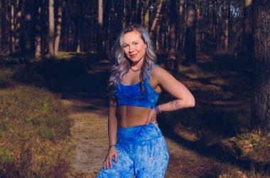 Fitte meid in blauwe sportoutfit - tips gezonde gewoontes
