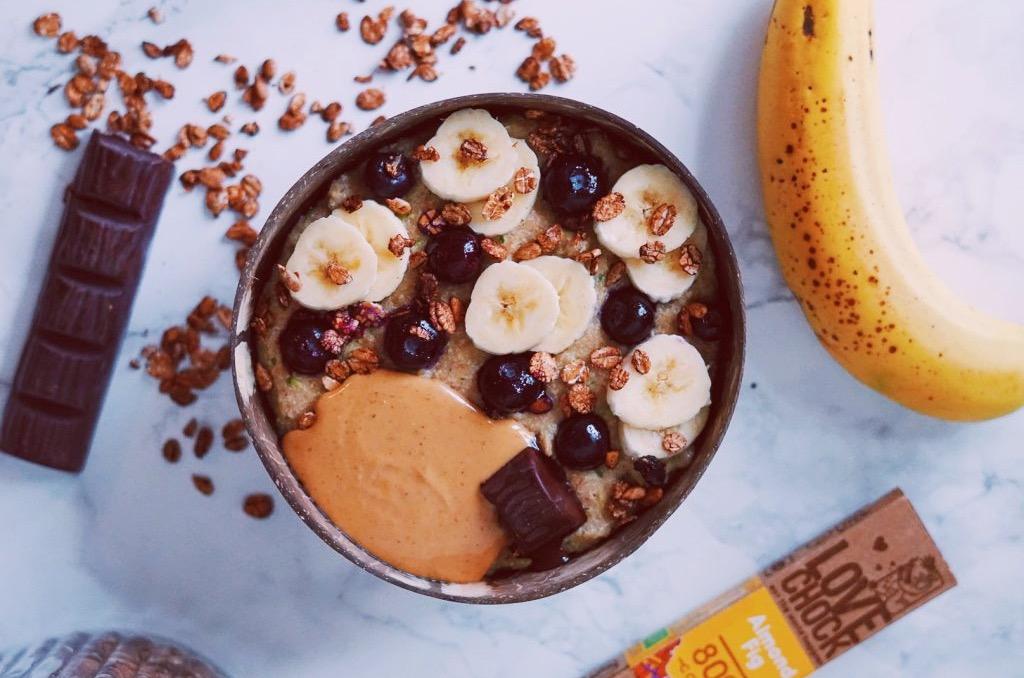 Schaaltje met gezond ontbijt op marmeren ondergrond -