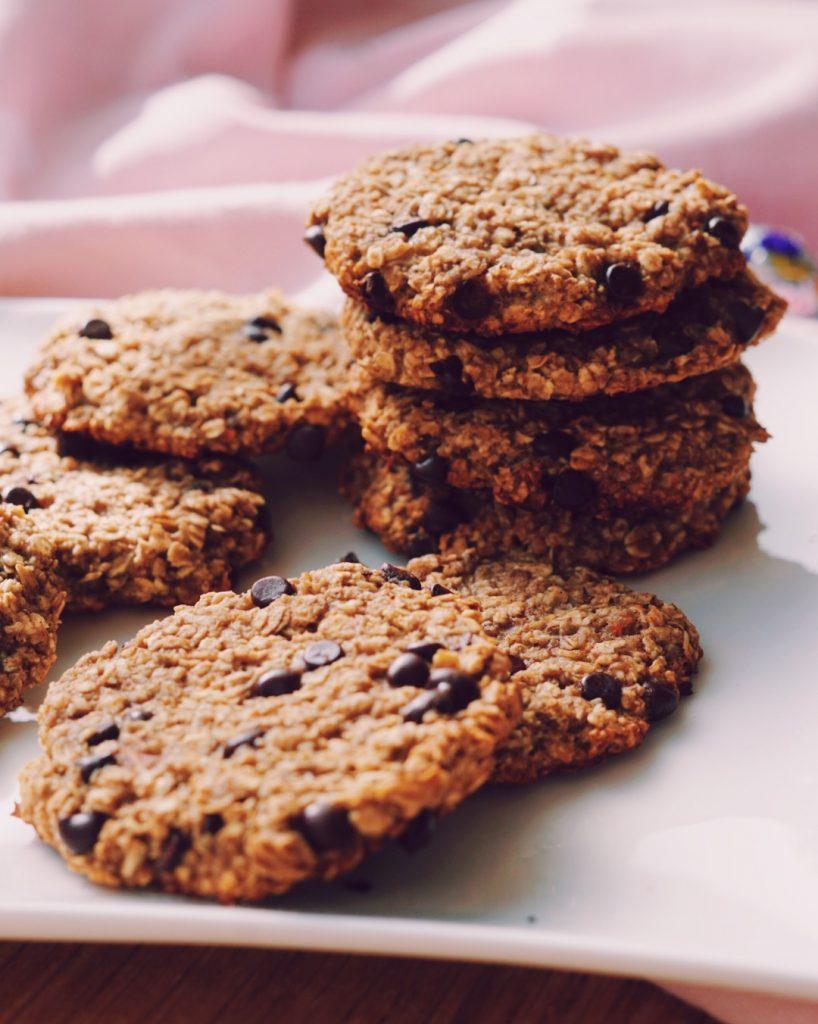 Gezonde chocolate chip koekjes stapel op wit bordje