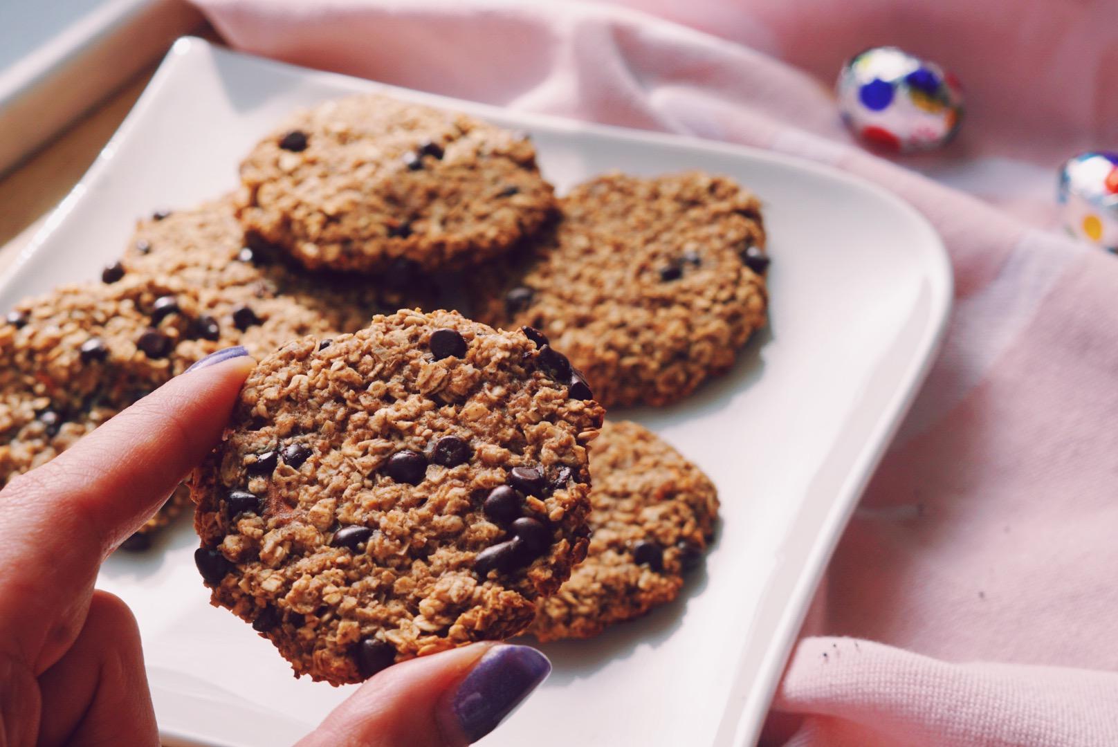 Gezonde chocolate chip koekjes op wit bordje
