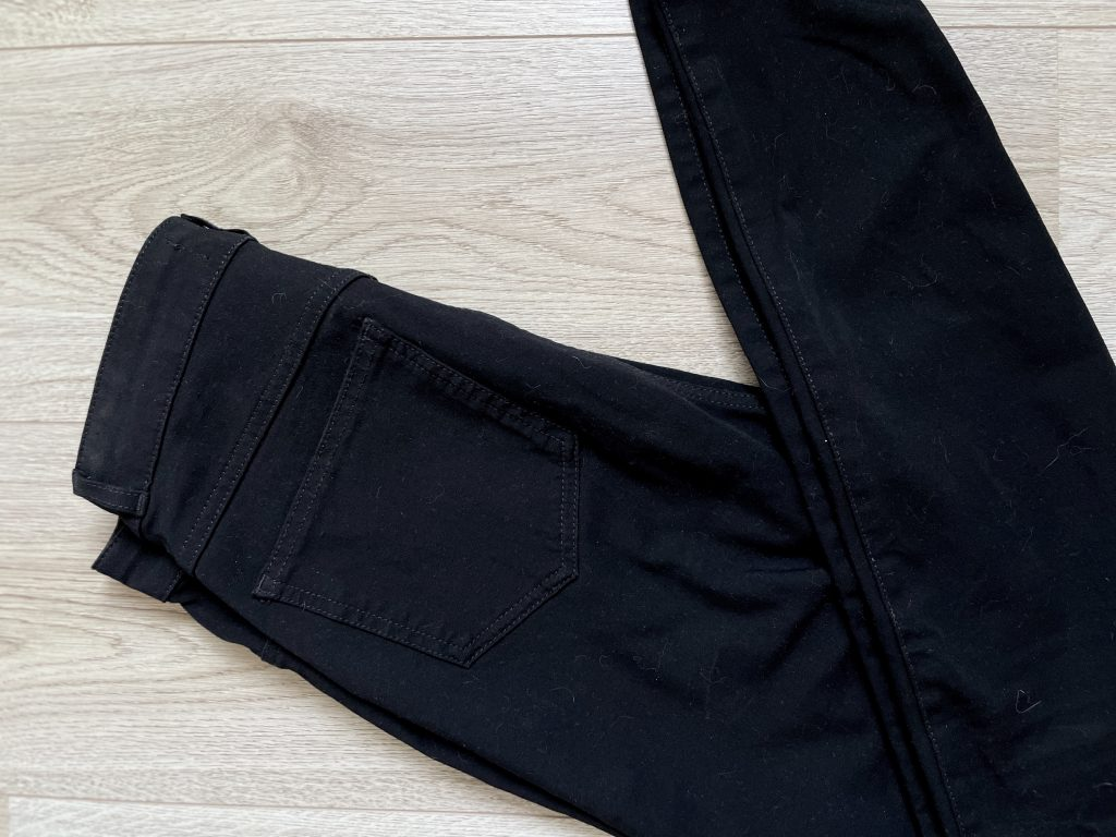Shapeit Embrace zwarte skinny jeans op houten ondergrond