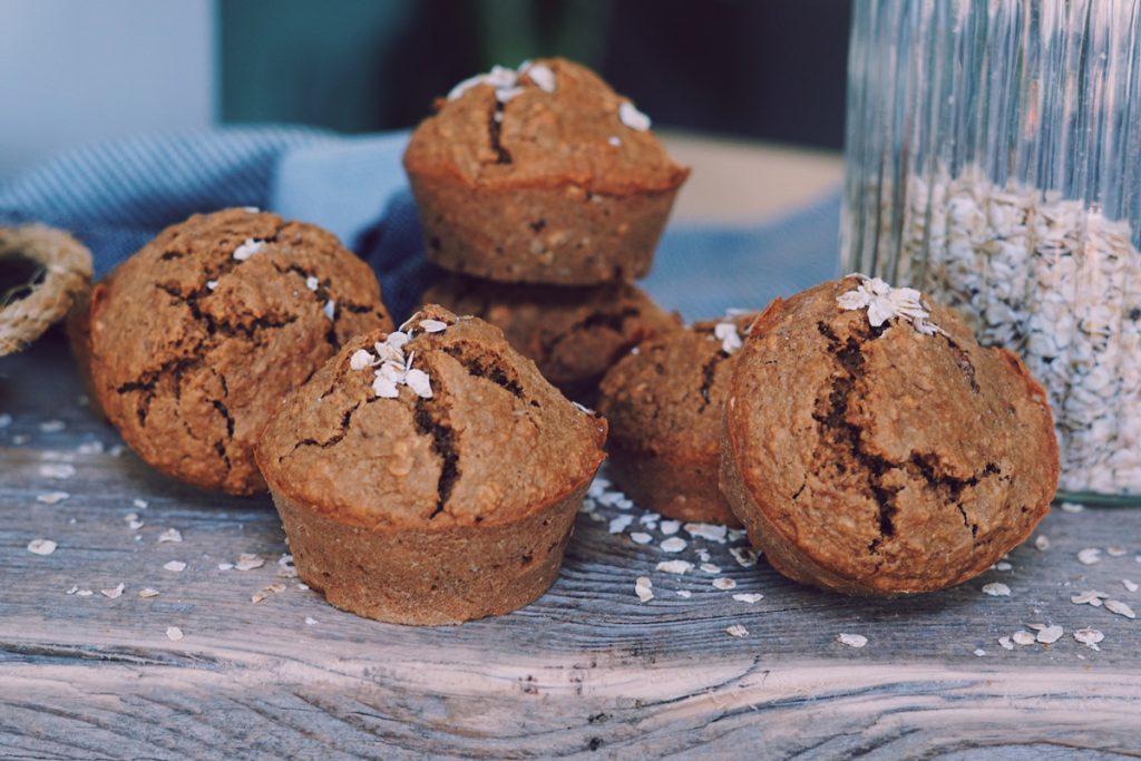 Havermout muffins op een houten snijplank