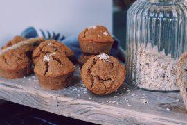 Havermout muffins op een houten snijplank met een pot havermout ernaast