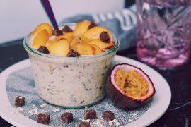 Passionfruit overnight oats in een glazen schaaltje op marmermen keukenblad